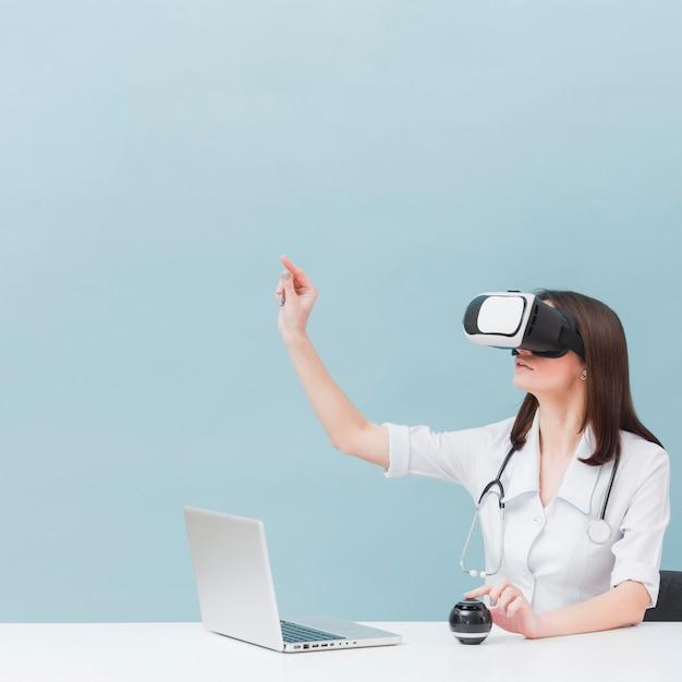 Seitenansicht der ärztin mit stethoskop unter verwendung des virtual-reality-headsets Kostenlose Fotos