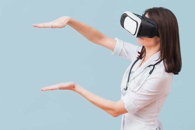 Seitenansicht der ärztin mit virtual-reality-headset Kostenlose Fotos