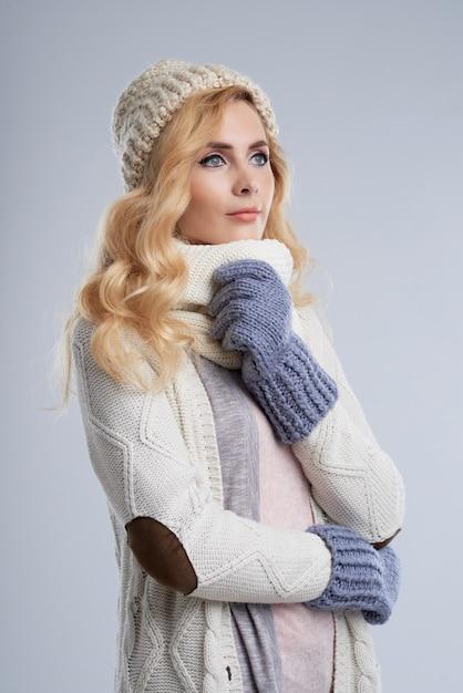 Seitenansicht der blonden frau in der winterkleidung träumend vom wam sommer Kostenlose Fotos