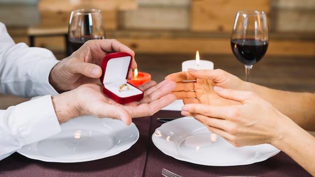 Seitenansicht der frau einen verlobungsring empfangend Kostenlose Fotos