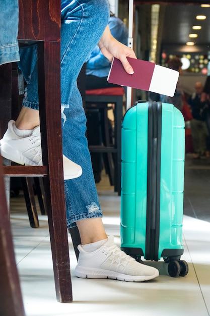 Seitenansicht der frau sitzend im flughafen Kostenlose Fotos