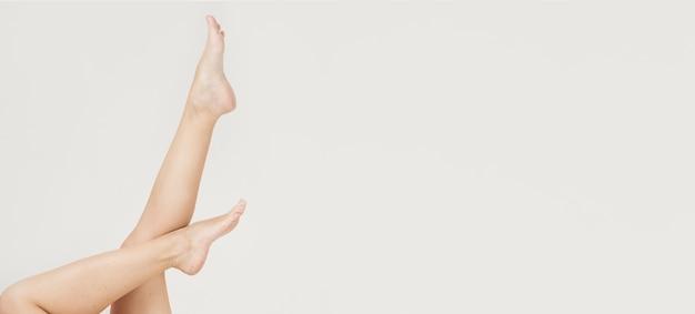 Seitenansicht der frauenbeine mit kopierraum Kostenlose Fotos