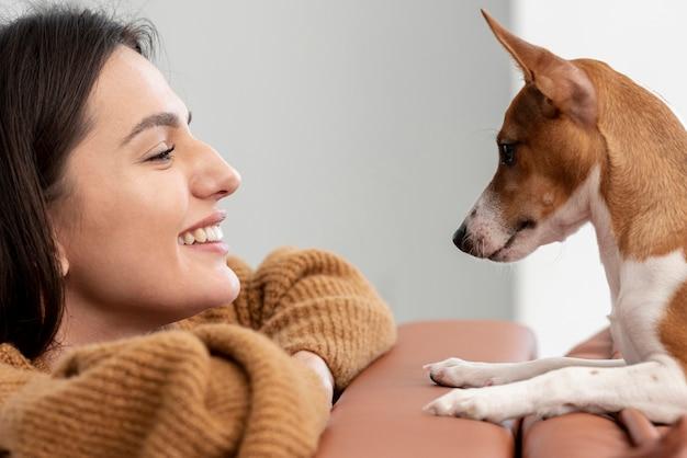 Seitenansicht der glücklichen frau und ihres hundes Kostenlose Fotos