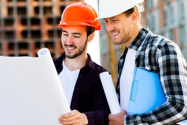 Seitenansicht der nahaufnahme des ingenieurs und des architekten, die bau überwachen Kostenlose Fotos