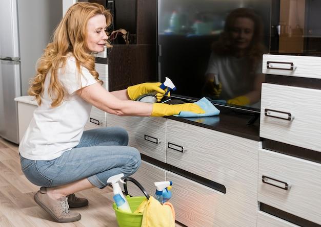 Seitenansicht der reinigungsmöbel der smiley-frau Kostenlose Fotos