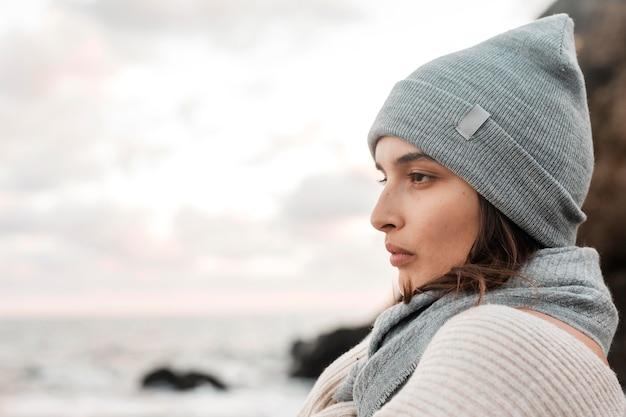 Seitenansicht der schönen frau, die am strand mit kopienraum aufwirft Kostenlose Fotos