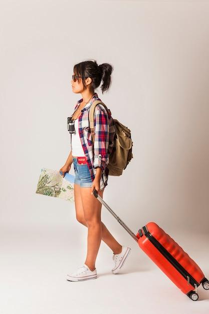Seitenansicht der touristenfrau mit koffer Kostenlose Fotos