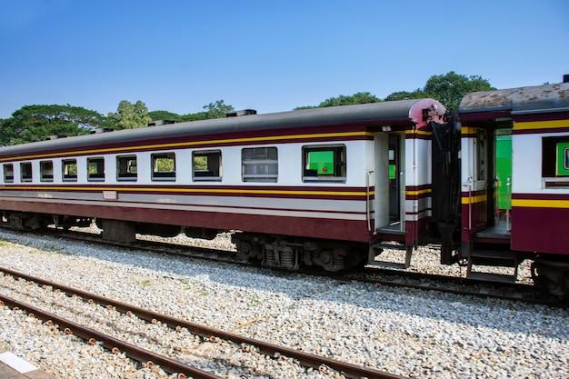 Seitenansicht des alten personenzugs bewegend durch bahnhof am sommer Premium Fotos