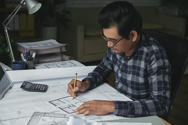 Seitenansicht des architekten das grundstücksprojekt entwickelnd Kostenlose Fotos