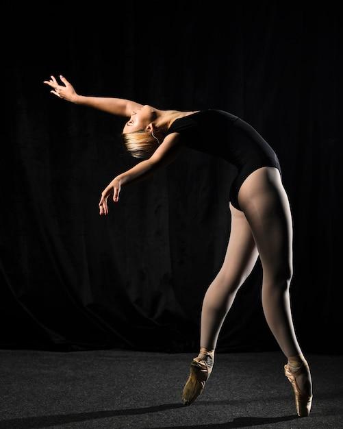 Seitenansicht des balletttänzers im trikotanzug mit kopienraum Kostenlose Fotos