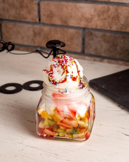 Seitenansicht des eisdesserts mit früchten in einem glas Kostenlose Fotos