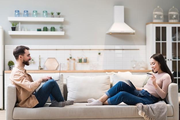 Gleich Da Auf Dem Sofa