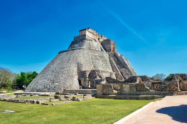 Seitenansicht des hauses des adivino. uxmal archäologische fundstätte, gelegen in yucatan. schönes touristisches gebiet. Premium Fotos