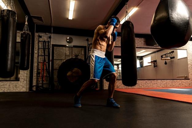 Seitenansicht des hemdlosen männlichen boxertrainings Kostenlose Fotos