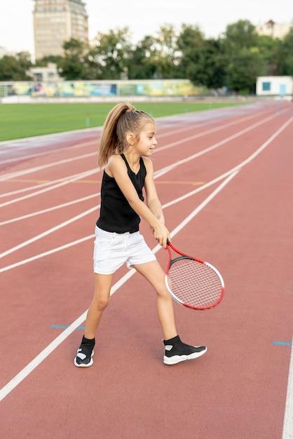 Seitenansicht des mädchens tennis spielend Kostenlose Fotos