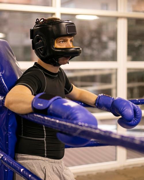 Seitenansicht des männlichen boxers mit helm Kostenlose Fotos