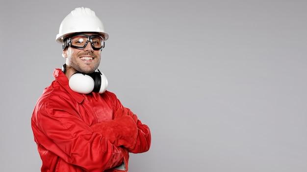 Seitenansicht des männlichen smiley-bauarbeiters Kostenlose Fotos