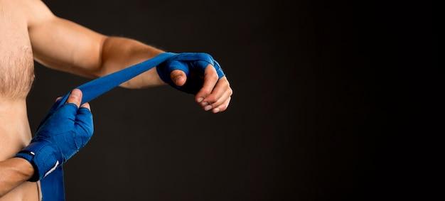 Seitenansicht des mannes, der sich auf das boxen vorbereitet Kostenlose Fotos