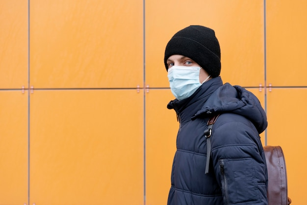 Seitenansicht des mannes mit medizinischer maske und kopienraum Kostenlose Fotos