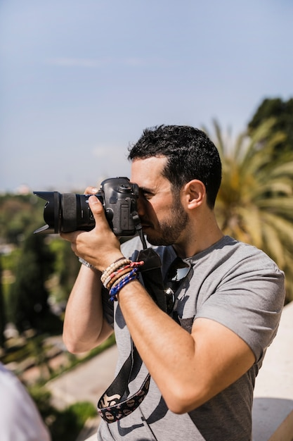 Seitenansicht des mannes pica auf kamera gefangennehmend Kostenlose Fotos