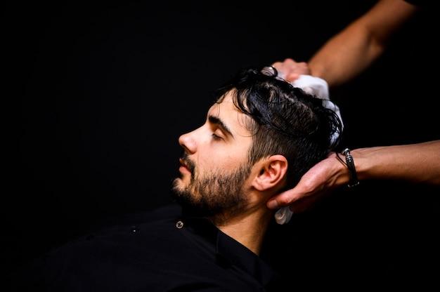 Seitenansicht des mannes seine haare waschen lassen Kostenlose Fotos