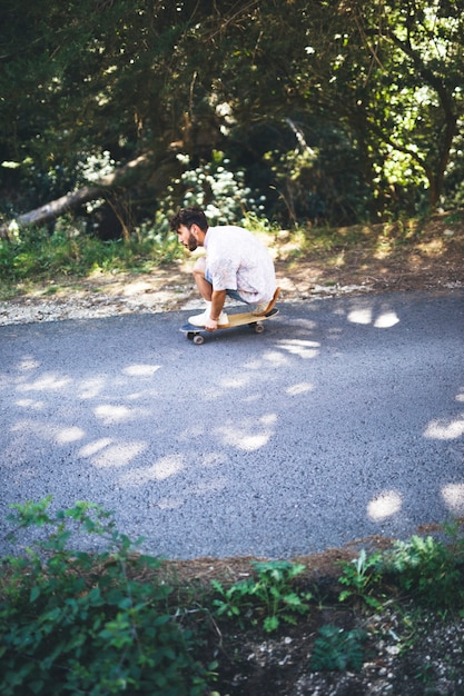 Seitenansicht des mannes skateboard fahrend Kostenlose Fotos