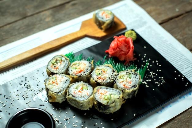 Seitenansicht des traditionellen japanischen tempura-sushi-maki des essens, serviert mit ingwer und sojasauce auf tafel Kostenlose Fotos