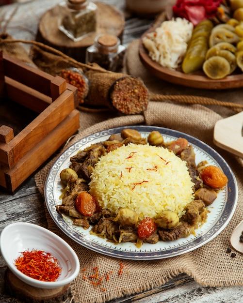 Seitenansicht ein traditionelles aserbaidschanisches gericht pilaw mit fleisch und süßigkeiten mit gewürzen und gesalzen Kostenlose Fotos