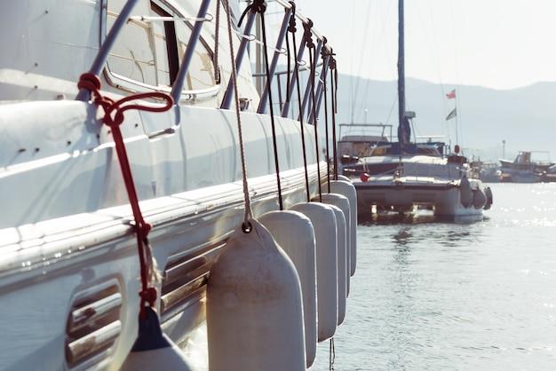Seitenansicht einer yacht Kostenlose Fotos