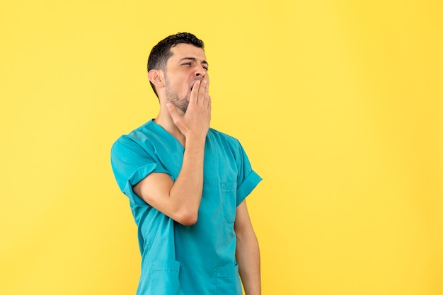 Seitenansicht eines arztes ein arzt ist müde, weil er den ganzen tag patienten mit coronavirus geheilt hat Kostenlose Fotos