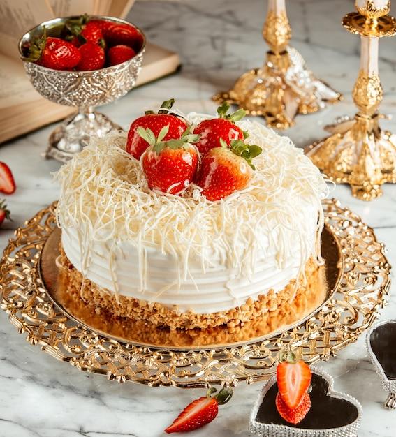Seitenansicht eines kuchens mit erdbeeren und krümeln auf silbernem tablett Kostenlose Fotos