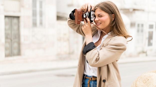 Seitenansicht frau, die fotos macht Kostenlose Fotos