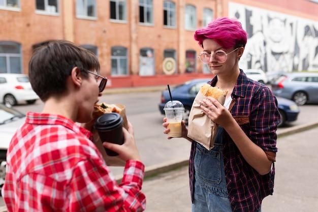 Seitenansicht mädchen, die zusammen essen Kostenlose Fotos