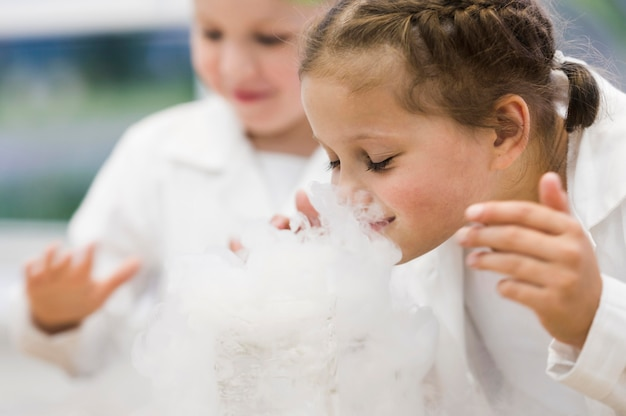 Seitenansicht mädchen im naturwissenschaftlichen unterricht Kostenlose Fotos