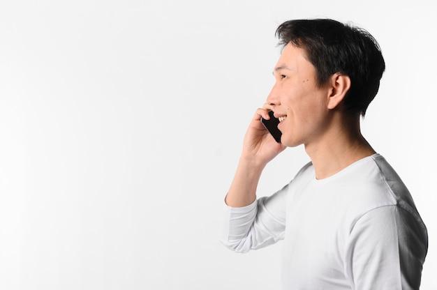 Seitenansicht mann, der über telefon spricht Kostenlose Fotos