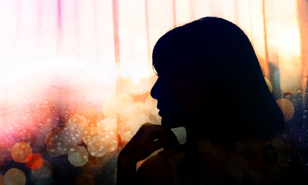 Seitenansicht-porträt einer traurigkeits-frau Premium Fotos