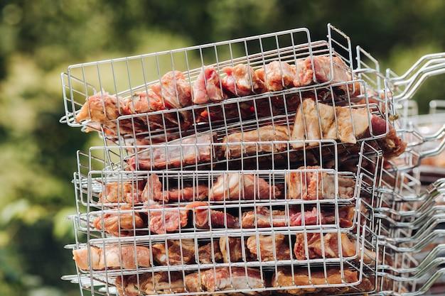 Seitenansicht von rohem mariniertem fleisch für picknick Premium Fotos