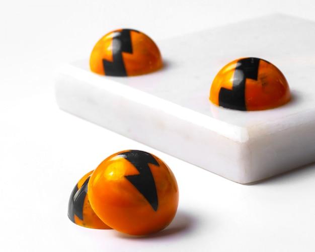 Seitenansicht von weißen schokoladen-halloween-bonbons weiß Kostenlose Fotos
