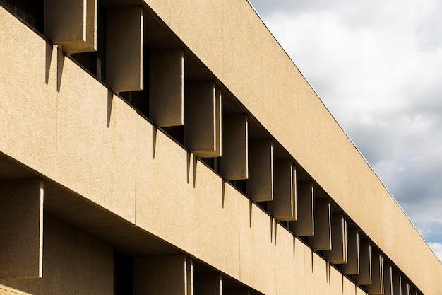Seitenansichtgebäude mit grober pflasteroberfläche Kostenlose Fotos