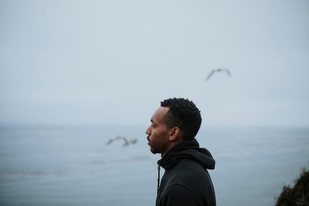 Seitenansichtporträt eines mannes durch das wasser Premium Fotos