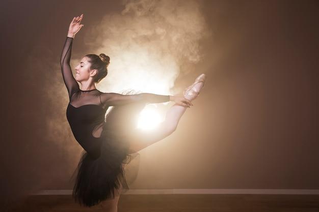 Seitenansichtsmiley-ballerinaausführung Kostenlose Fotos