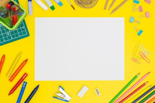 Seitenmodell des leeren papiers auf gelber tabelle mit bürowerkzeugen. kopieren sie platz Premium Fotos