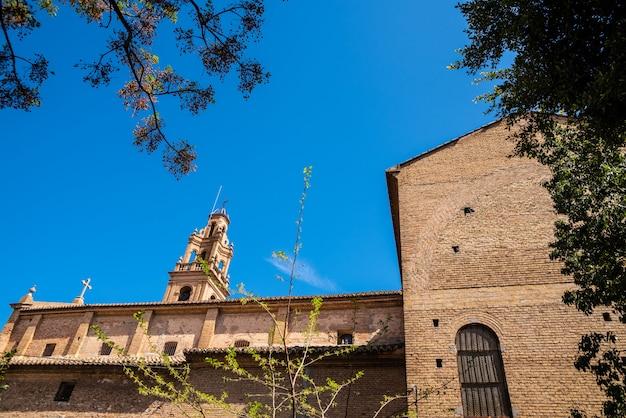 Seitenwand der kirche von la fonteta in valencia mit ihrem von der sonne beleuchteten glockenturm. Premium Fotos