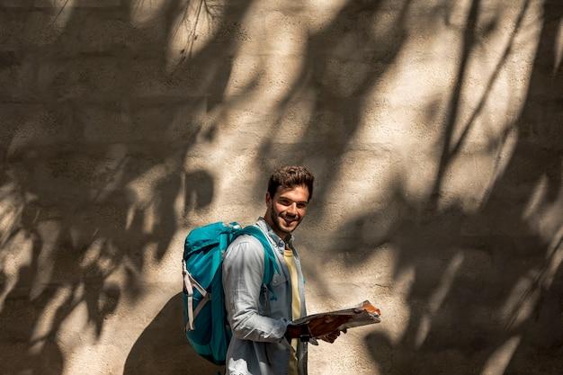 Seitlich reisender, der an der kamera lächelt Kostenlose Fotos
