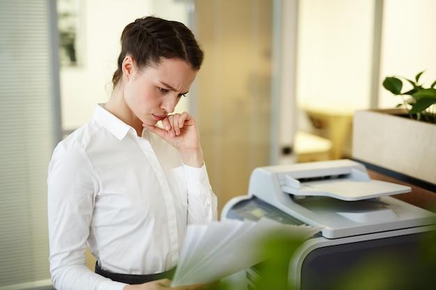 Sekretär mit papieren Kostenlose Fotos