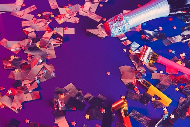 Sektflasche auf einem purpurroten hintergrund. Premium Fotos