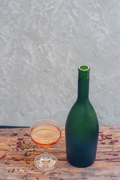 Sektflasche gefrorene frucht auf glas, draufsicht Premium Fotos