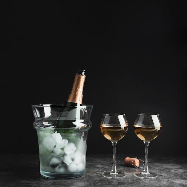 Sektflasche mit gläsern auf dem tisch Kostenlose Fotos