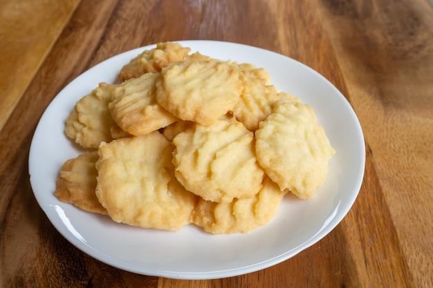 Selbst gemachte butterplätzchen auf holztisch. süßer nachtisch. Premium Fotos