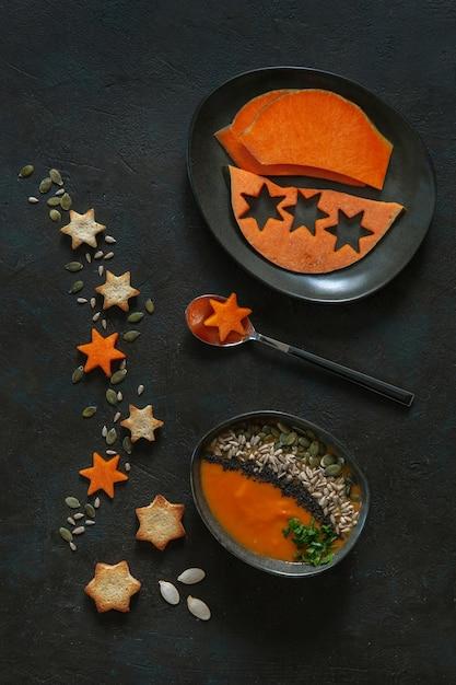Selbst gemachte cremesuppe des kürbises mit samen, crackern und kürbisscheiben. Premium Fotos